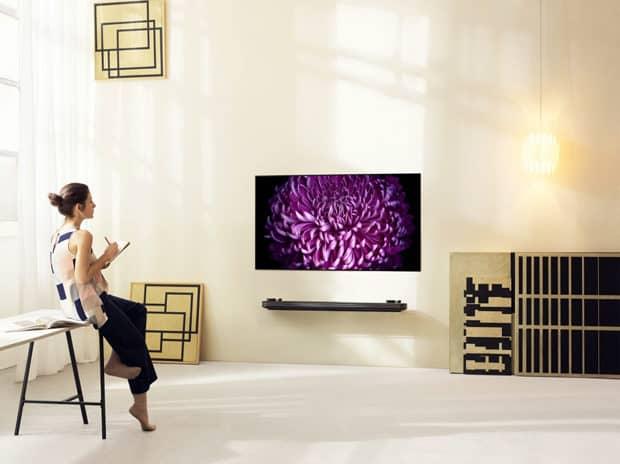 LG-SIGNATURE-OLED-TV-W_Lifestyle1